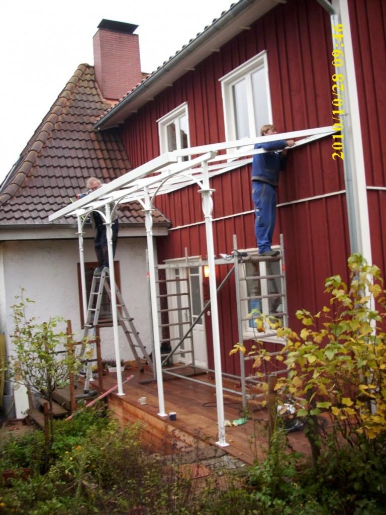 Vordach Terrassenüberdachung an einem Holzhaus - Bauschlosserei ...